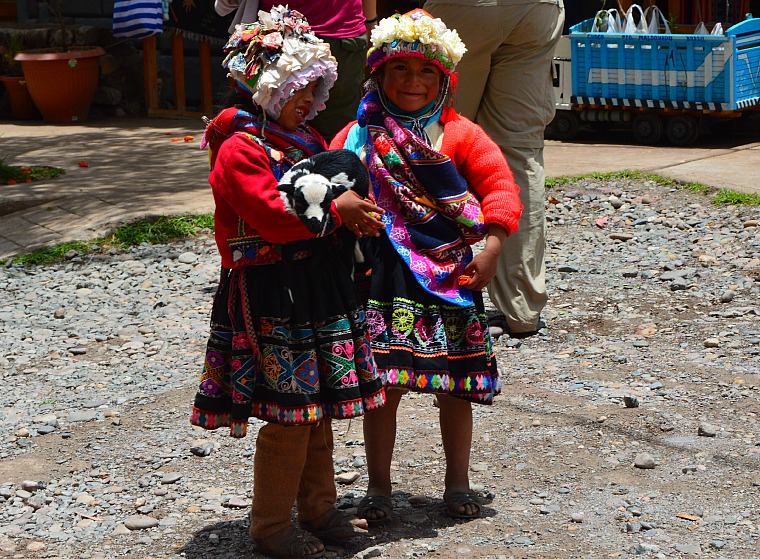 peru-sacred-valley-girls