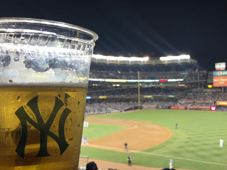 USA-New-York-City-NY-Yankees-beer