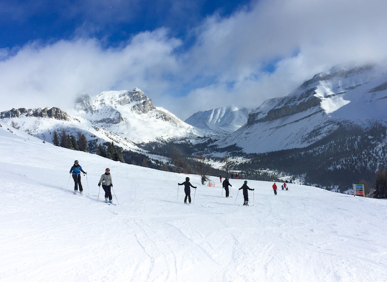 Canada-Alberta-Lake-Louise-Ski-Resort-skiiers